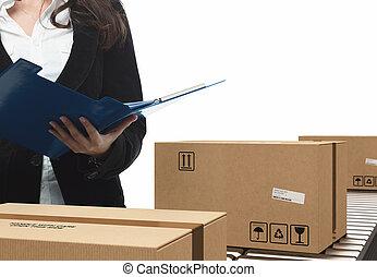 femme affaires, boîtes, chèques, rouleau, convoyeur