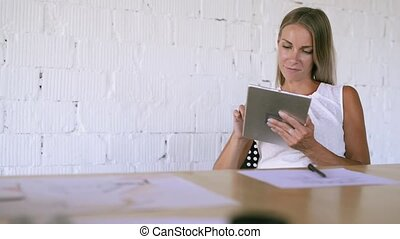 femme affaires, bureau, elle, tablette, working.