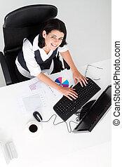 femme affaires, bureau fonctionnant