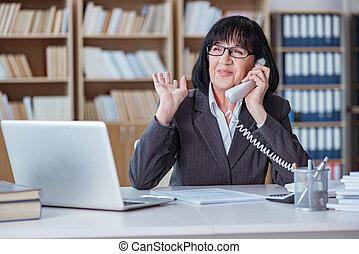 femme affaires, bureau, fonctionnement, mûrir