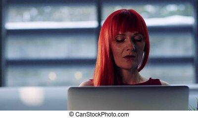 femme affaires, bureau, laptop., mûrir, portrait, devant, utilisation, vue