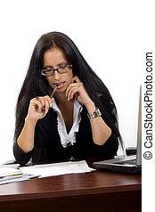 femme affaires, bureau, lecture, elle, papiers