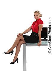 femme affaires, bureau, longues jambes, elle, séance