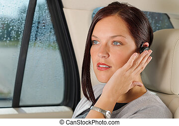 femme affaires, cadre, mains libres, appeler, voiture luxe