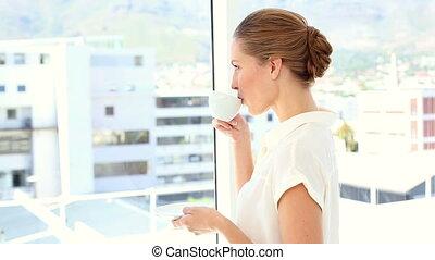 femme affaires, café buvant, tasse
