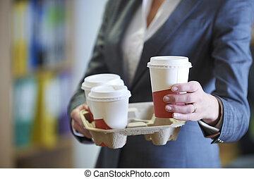 femme affaires, café, plat à emporter