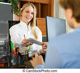 femme affaires, client, discuter