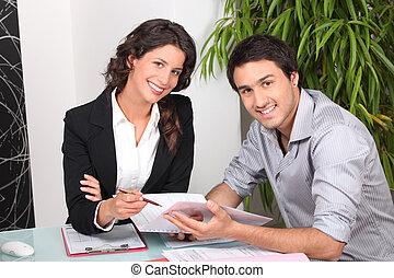 femme affaires, client, discuter, contrat, elle