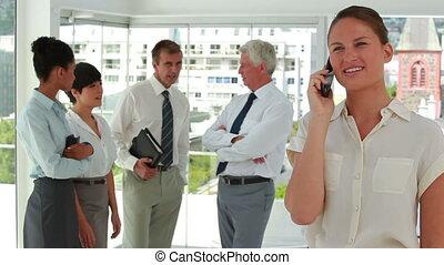 femme affaires, collègues, fond, téléphone