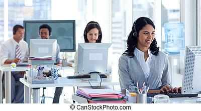 femme affaires, collègues, téléopérateur, elle
