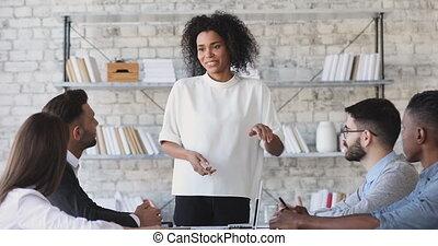 femme affaires, développer, stratégie, biracial, expliquer, employees.