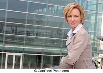 femme affaires, dehors, aéroport