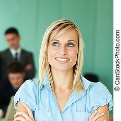 femme affaires, devant, une, bureau, à, gens, fonctionnement