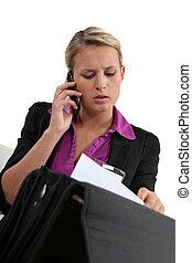 femme affaires, document, recherche, elle, serviette