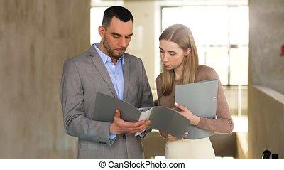 femme affaires, dossier, discuter, homme affaires