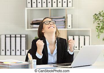 femme affaires, excité, bureau, reussite, célébrer