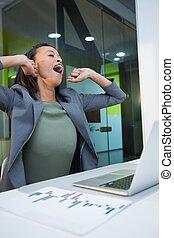 femme affaires, fatigué, bâiller, table