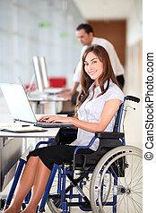 femme affaires, fauteuil roulant, bureau, fonctionnement