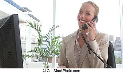 femme affaires, fin, appeler, téléphone
