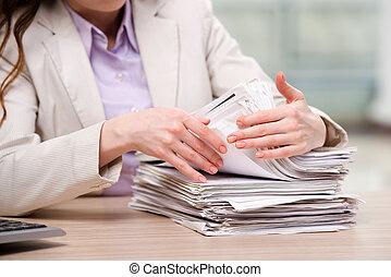 femme affaires, fonctionnement, à, pile, de, papiers