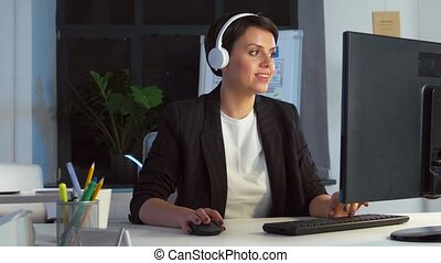 femme affaires, informatique, écouteurs, bureau