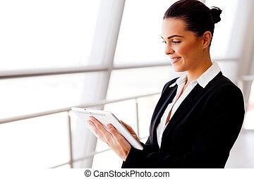 femme affaires, informatique, jeune, tablette, utilisation
