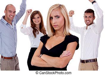 femme affaires, jeune, assaillir, isolé, intimider, équipe