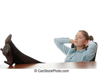 femme affaires, jeune, délassant, bureau