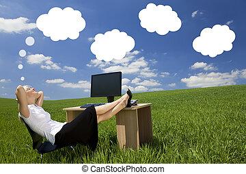 femme affaires, jour rêver, champ vert, bureau
