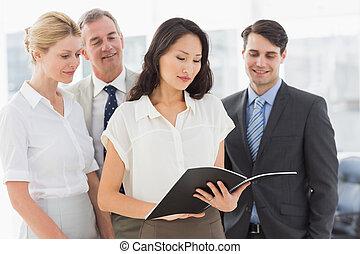femme affaires, lecture, a, document, à, elle, équipe