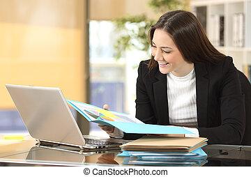 femme affaires, lecture, croissance, graphique
