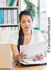 femme affaires, lecture, documents, bureau