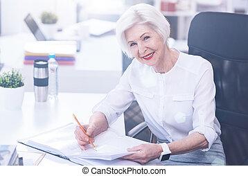 femme affaires, magnifique, bureau fonctionnant