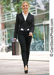 femme affaires, marche, dans ville, à, serviette