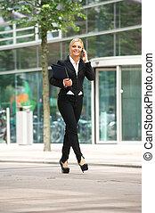 femme affaires, marche, dehors, et, parler téléphone portable
