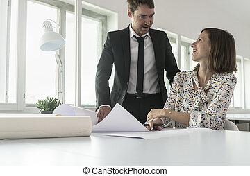 femme affaires, modèles, analyser, sourire, homme affaires