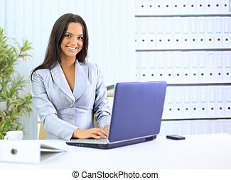 femme affaires, ordinateur portable, bureau, fonctionnement