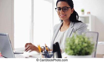 femme affaires, ordinateur portable, calculatrice, bureau