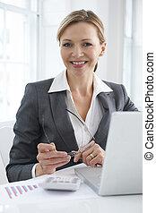 femme affaires, ordinateur portable, fonctionnement, bureau