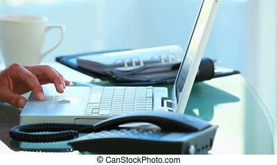 femme affaires, ordinateur portable, fonctionnement