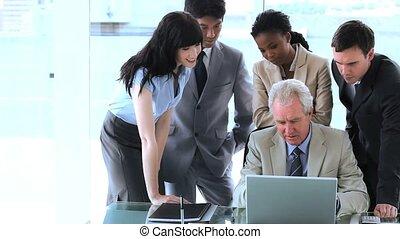 femme affaires, ordinateur portable, pointage