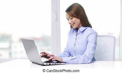 femme affaires, ordinateur portable, sourire, bureau