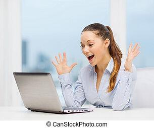 femme affaires, ordinateur portable, surpris