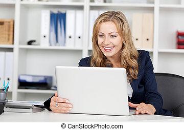 femme affaires, ordinateur portable, utilisation, bureau bureau