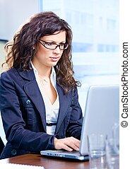 femme affaires, ordinateur portable, utilisation