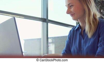 femme affaires, ordinateur portatif, bureau