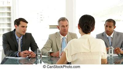 femme affaires, panneau, être, interviewé