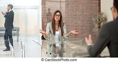 femme affaires, parler, a, client, dans, a, banque, bureau