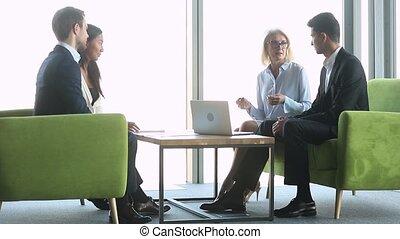 femme affaires, partenaires, écoute, multi-ethnique, séance, divan, vieilli, négocier