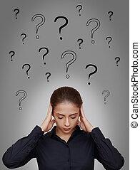 femme affaires, pensée, dur, à, beaucoup, questions, au-dessus, diriger, gris, fond